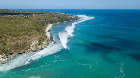 Keindahan Pantai Padang Padang, Kuta Selatan, Bali. Para peserta mengamati kedatangan gelombang dari bukit serta menggunakan drone. - INDOSPORT