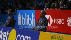 Indosport - Hakim garis di Indonesia Open 2019 mengenakan baju lurik dan blangkon.