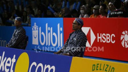 Hakim garis di Indonesia Open 2019 mengenakan baju lurik dan blangkon. - INDOSPORT