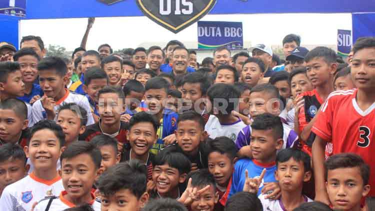 Manajer Persib, Umuh Muchtar berfoto bersama peserta Kompetisi Piala Persib U-13 dan Piala H Umuh Muchtar U-15 di Lapangan Lodaya. Copyright: Arif Rahman/INDOSPORT