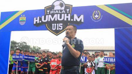 Manajer Persib, Umuh Muchtar saat membuka kompetisi Piala Persib U-13 dan Piala H Umuh Muchtar U-15 di Lapangan Lodaya. - INDOSPORT