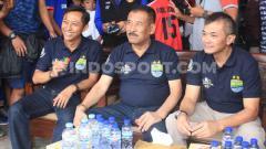 Indosport - Ketua Asprov PSSI Jawa Barat, Tommy Apriantono (kanan) bersama Manajer Persib, Umuh Muchtar (tengah) saat pembukaan Kompetisi Piala Persib U-13 dan Piala H Umuh Muchtar U-15 di Lapangan Lodaya, Kota Bandung