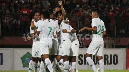 Pemain Timnas Indonesia U-19 merayakan gol Brylian Aldama ke gawang Deltras Sidoarjo pada pertandingan uji coba di Stadion Gelora Delta, Sidoarjo. - INDOSPORT