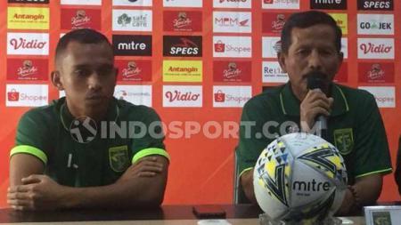 Pelatih dan Striker Persebaya Surabaya, Djadjang Nurdjaman dan Irfan Jaya saat konfrensi pers jelang lawan Tira Persikabo, Minggu (21-07-19). - INDOSPORT