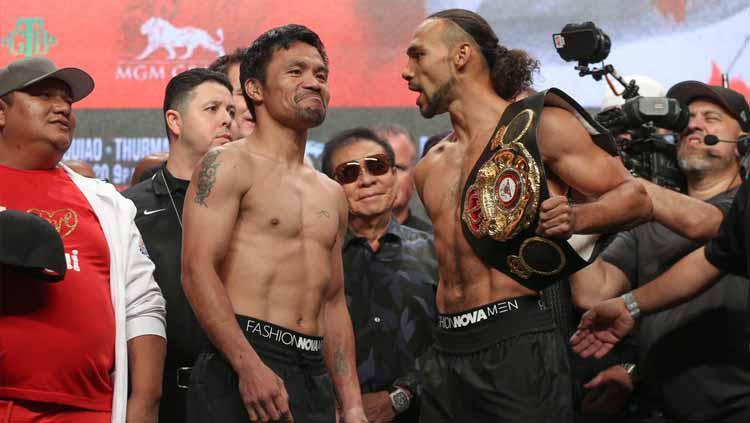 Manny Pacqiaou dan Keith Thurman dalam sesi timbang badan jelang pertarungan. Copyright: Twitter.com/mannypacquiao