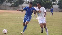 Indosport - Pemain PSIS U-20 saat memperebutkan bola dengan pemain Barito Putera U-20 di ajang Elite Pro Academy.