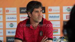 Indosport - Pelatih Bali United, Stefano Cugurra Teco saat jumpa pers. Foto: Nofik Lukman Hakim/INDOSPORT
