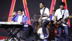 Indosport - Grup musik legendaris Kahitna tampil jelang babak final Indonesia Open 2019 di Istora Senayan, Minggu (21/07/19). Foto: Herry Ibrahim/INDOSPORT