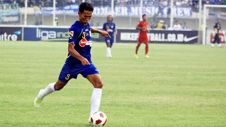 Zulkilfi Syukur saat masih membela Persib Bandung (2011/2012). Copyright: vikingpersibclub.com
