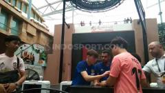 Indosport - Fans Barcelona disindir karena mengantre tanda tangan pemain Manchester United dalam meet and greet di Resorts World Sentosa, Singapura, Minggu (21/07/19). Foto: Theresia Ruth Simanjuntak/INDOSPORT