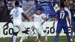 Indosport - Pemain Persib Bandung berusaha untuk merebut bola dari pemain PSIS Semarang pada pertandingan PSIS Semarang VS Persib Bandung, Minggu (21/07/19). Foto: Ronald Seger Prabowo/INDOSPORT