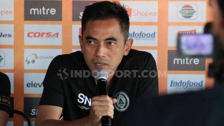 Pelatih PSS Sleman, Seto Nurdiantoro didampingi Bagus Nirwanto dalam jumpa pers di Bali United Cafe, Minggu (21/07/19). Foto: Nofik Lukman Hakim/INDOSPORT - INDOSPORT