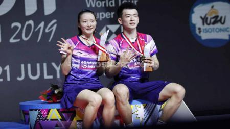 Ganda China, Zheng Si Wei/Huang Ya Qiong berhasil menjadi juara sektor ganda campuran Indonesia Open 2019 usai mengalahkan rekan senegaranya Wang Yi Lyu/Huang Dong Ping pada babak final di Istora Senayan, Minggu (21/07/19). Foto: Herry Ibrahim/INDOSPORT - INDOSPORT