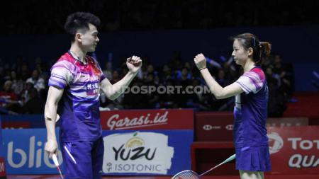 Pasangan ganda campuran Zheng Siwei/Huang Yaqiong berhasil menjadi juara sektor ganda campuran China Open 2019 usai mengalahkan rekan senegaranya Wang Yilyu/Huang Dongping, Minggu (22/09/19). - INDOSPORT