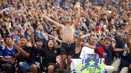 Aksi ribuan Bobotoh temani kemenangan Persib Bandung atas PSIS Semarang di Stadion Moch Soebroto, Magelang, Minggu (21/07/19). Foto: Ronald Seger Prabowo/INDOSPORT - INDOSPORT