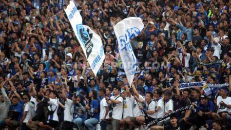 Aksi Bobotoh, pendukung setia Persib Bandung. - INDOSPORT