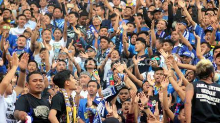 Persib Bandung diserbu ratusan suporter fanatiknya, Bobotoh, usai laga melawan Persipura Jayapura di Stadion Gelora Delta Sidoarjo Senin (23/9/19). - INDOSPORT