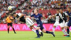 Indosport - Pemain Juventus, Emre Can dan Oliver Skipp dari Tottenham Hotspur saat berduel untuk mendapatkan bola pada pertandingan Piala Champions Internasional antara Juventus dan Tottenham Hotspur di Stadion Nasional Singapura, Minggu (21/07/19).