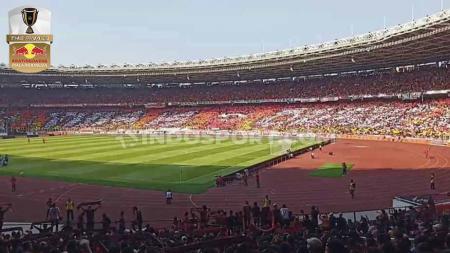 The Jakmania membuat koreografi, pada duel Persija Jakarta versus PMS Makasar di Stadion Utama Gelora Bung Karno (SUGBK), Senayan, Rabu (21/07/2019) Foto: Royhan Susilo Utomo/INDOSPORT - INDOSPORT