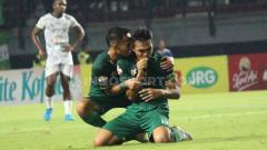 Indosport - Pemain klub Liga 1 Persebaya, Rachmad Irianto menangis usai cetak gol, Minggu (21/07/19). Foto: Fitra Herdian/INDOSPORT