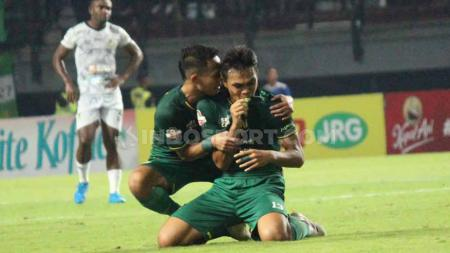 Pemain klub Liga 1 Persebaya, Rachmad Irianto menangis usai cetak gol, Minggu (21/07/19). Foto: Fitra Herdian/INDOSPORT - INDOSPORT