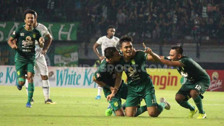 Pemain Persebaya, Rachmad Irianto menangis usai cetak gol 1, Minggu (21/07/19). Foto: Fitra Herdian/INDOSPORT Copyright: Fitra Herdian/INDOSPORT