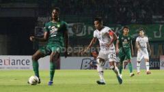 Indosport - Pemain Tira-Persikabo, Manahati lestusen berusaha merebut bola dari Amido Balde, Minggu (21/07/19). Foto: Fitra Herdian/INDOSPORT