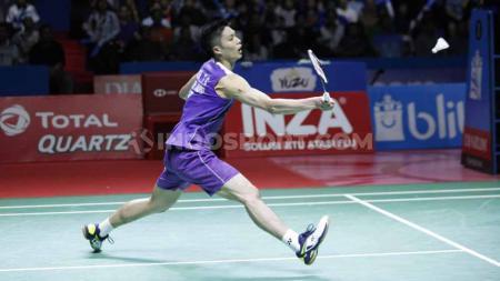 Tunggal putra Taiwan, Chou Tien Chen berhasil menjadi juara sektor tungga putra Indonesia Open 2019 usai mengalahkan tunggal Denmark di babak final dengan skor 21-18, 24-26 dan 21-15 di Istora Senayan, Minggu (21/07/19). Foto: Herry Ibrahim/INDOSPORT - INDOSPORT