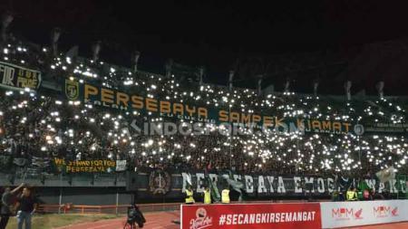 Foto Suasana Stadion GBT ketika lampu padam. - INDOSPORT