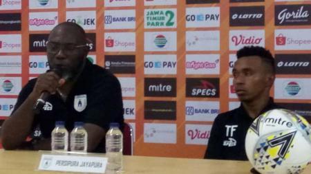 Pelatih Persipura Jayapura, Jacksen F. Tiago (kiri) bersama Todd Rivaldo Ferre dalam konferensi pers usai laga - INDOSPORT