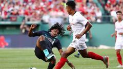 Indosport - Detik-detik takel horor antara bek Sevilla terhadap pemain Liverpool di laga uji coba.