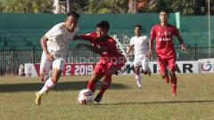 Indosport - Situasi pertandingan Persis Solo vs Madura FC di Stadion Ahmad Yani, Sumenep, Sabtu (20/7/19).