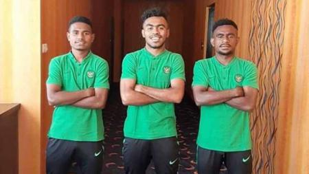 Dua Pemain Persewar yang ikut seleksi bersama Timnas Indonesia U-23, Krismon Wombaibobo dan Samuel Balinsa (ki-ka) saat berfoto bersama Yakub Sayuri (tengah). - INDOSPORT
