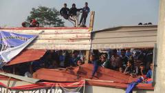 Indosport - Potret tribun dadakan di sisi utara Stadion Moch Soebroto pada laga PSIS Semarang vs Persib Bandung.