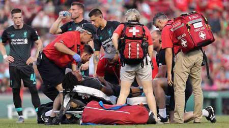 Yasser Larouci mendapat pertolongan dari tim medis pada laga persahabatan melawan Sevilla Fenway Park, Minggu (21/07/19). - INDOSPORT