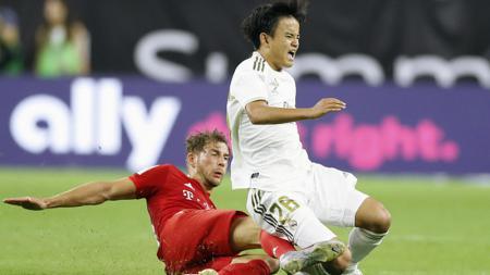 Takefusa Kubo (kanan) ketika ditekel pemain Bayern Munchen dalam tur pramusim ICC 2019. - INDOSPORT