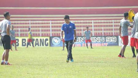 Pelatih Bona Simanjuntak saat memimpin latihan Persibat Batang. - INDOSPORT