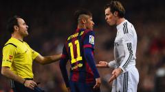Indosport - Gareth Bale (kanan) ketika berargumen dengan Neymar di El Clasico beberapa tahun silam