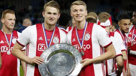 Matthijs de Ligt bersama dengan suksesornya di Ajax Amsterdam, Perr Schuurs - INDOSPORT