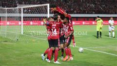Indosport - Selebrasi penggawa Bali United, Ilija Spasojevic usai menjebol gawang PSS Sleman lewat tendangan pinalti, Senin (22/07/19). Foto: Nofik Lukman Hakim/INDOSPORT