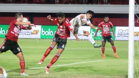 Tendangan kungfu kapten PSS Sleman, Bagus Nirwanto saat berusaha menghentikan pemain Bali United, Willian Pacheco yang hendak menerima umpan Paulo Sergio. Foto: Nofik Lukman Hakim/INDOSPORT - INDOSPORT