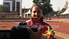 Indosport - Atlet lempar martil Natasha Mahdalita saat menunjukkan medali emas yang didapatkannya di ASEAN School Games 2019. Foto: Alvin Syaptia Pratama/INDOSPORT