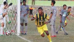 Indosport - Pemain Persip Nur Coyo setelah berhasil membobol gawang Persikama.