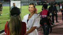 Indosport - Istri Irfan Bachdim, Jennifer Kurniawan mengajak netizen umbar senyum hangat di akhir pekan.