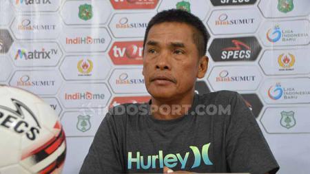 Pelatih PSMS Medan Abdul Rahman Gurning saat temu pers jelang pertandingan PSMS vs Persita Tangerang, Senin (22/7/19). (Foto : Aldi Aulia Anwar/INDOSPORT) - INDOSPORT