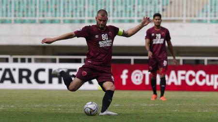 Gelandang serang PSM Makassar, Willjan Pluim, diistirahatkan melawan Kalteng Putra di Shopee Liga 1 2019 akibat cedera engkel di kaki kanannya kembali kambuh. - INDOSPORT