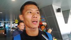 Indosport - Bek Persib, Henhen Herdiana di Bandara Husein Sastranegara, Kota Bandung, Senin (22/07/2019).