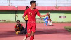 Indosport - Selebrasi Sutan Zico setelah berhasil mencetak gol pertama Timnas Indonesia U-19 vs Persikabpas Pasuruan, Senin (22/07/19).