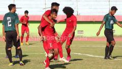 Indosport - M Supriadi merayakan golnya ke gawang Persekabpas Pasuruan, Senin (22/7/19).