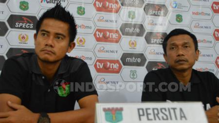 Pelatih Persita Tangerang, Widodo Cahyono Putro (kanan) didampingi pemainnya, M. Roby (kiri), dalam temu pers jelang pertandingan PSMS vs Persita, Senin (22/7/2019). (Foto: Aldi Aulia Anwar/INDOSPORT) - INDOSPORT